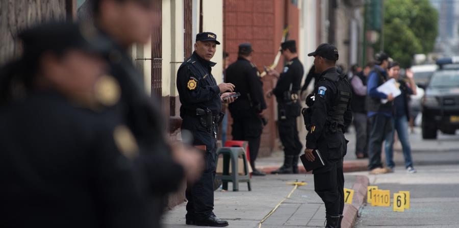POLICÍAS EN UNA CALLE EN GUATEMALA (horizontal-x3)