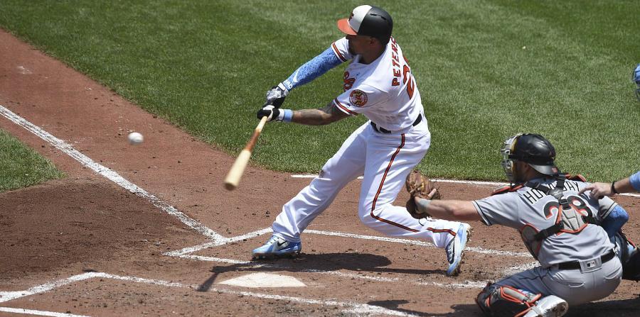 Jace Peterson pega un doblete de dos carreras por los Orioles de Baltimore en juego ante los Marlins de Miami el domingo 17 de junio de 2018, en Baltimore. (AP) (horizontal-x3)