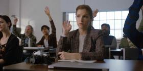 Ana Kendrick luce en la nueva comedia romántica de HBO Max