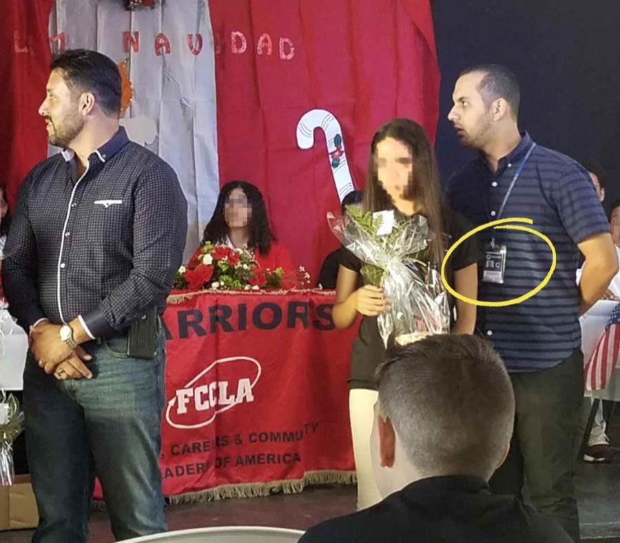 En la foto, Isoel Sánchez Santiago exhibe su identificación durante una actividad en la que participó el año pasado junto al exrepresentante Samuel Pagán, a quien una de sus corporaciones dio servicios en la Cámara baja. (Suministrada) (semisquare-x3)