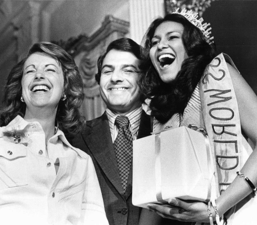 La reina de belleza junto a Hernández Colón y la entonces primera dama, Lila Mayoral. (Archivo / GFR Media) (semisquare-x3)