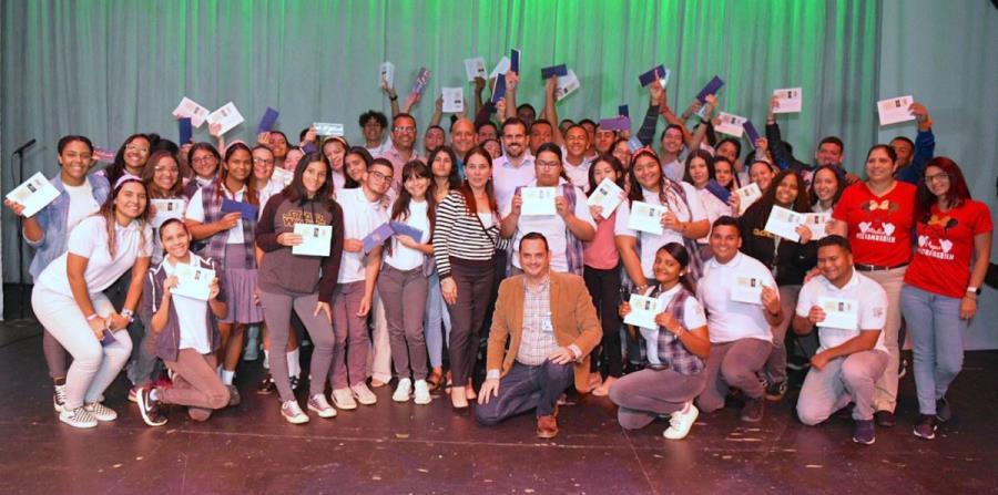 El gobernador Ricardo Rosselló junto a los estudiantes. (Suministrada) (horizontal-x3)
