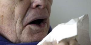 Un hombre se desgarra la garganta por aguantarse un estornudo