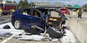 Determinan que conductor de Tesla que murió en accidente jugaba con su celular