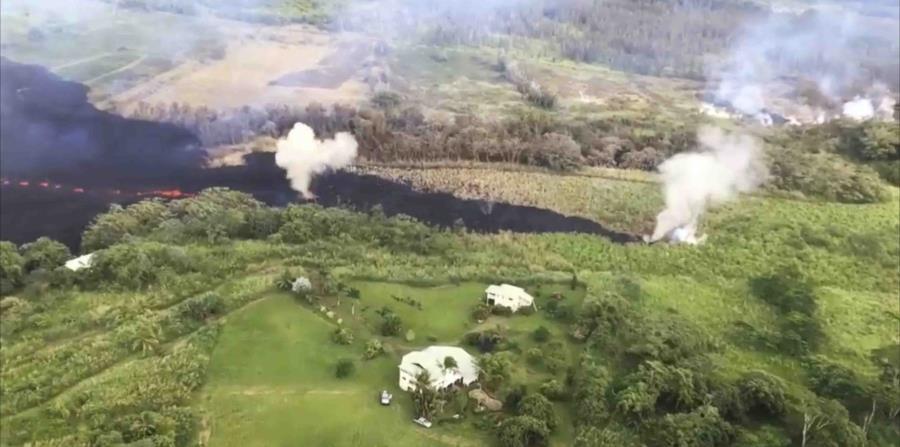 El Servicio Geológico de Estados Unidos mostró cómo los gases emanan de una grieta cerca de Pahoa, Hawai. (AP) (horizontal-x3)