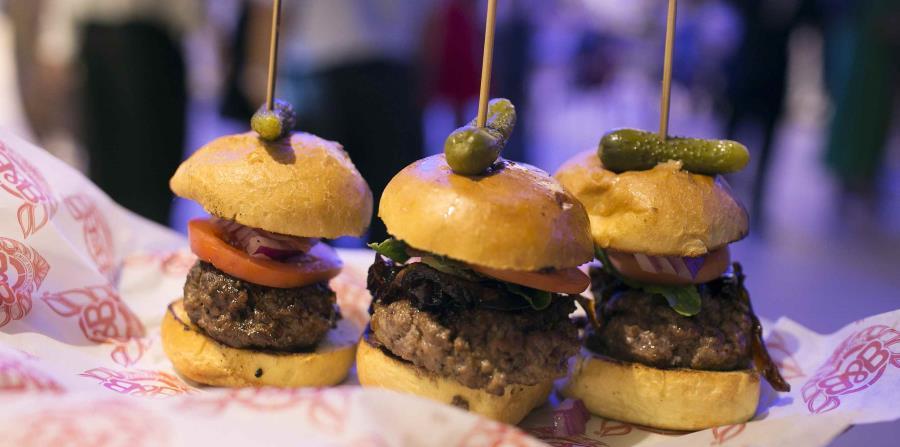 """En Burger & Beer Joint hay diversos tamaños de """"hamburgers"""" que puedes disfrutar con diferentes acompañantes. (horizontal-x3)"""