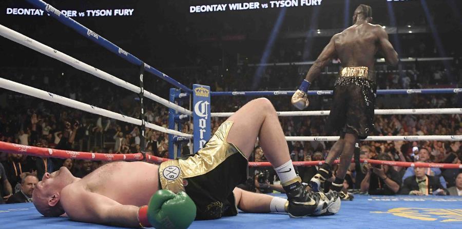 Tyson Fury fue derribado en el duodécimo asalto por una agresiva combinación derecha-izquierda de Wilder. (AP) (horizontal-x3)