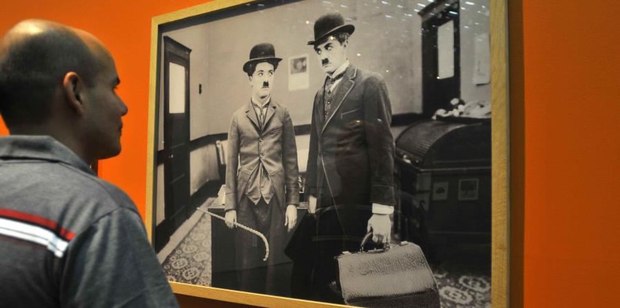 Un hombre observa un fotograma de una cinta del actor y director Charles Chaplin (horizontal-x3)