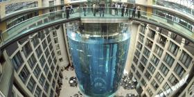 Hotel con acuario en su lobby