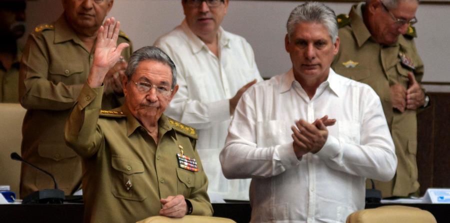 Miguel Díaz Canel (primer vicepresidente, derecha) y Raúl Castro Ruz (presidente) posan juntos para la cámara. (horizontal-x3)