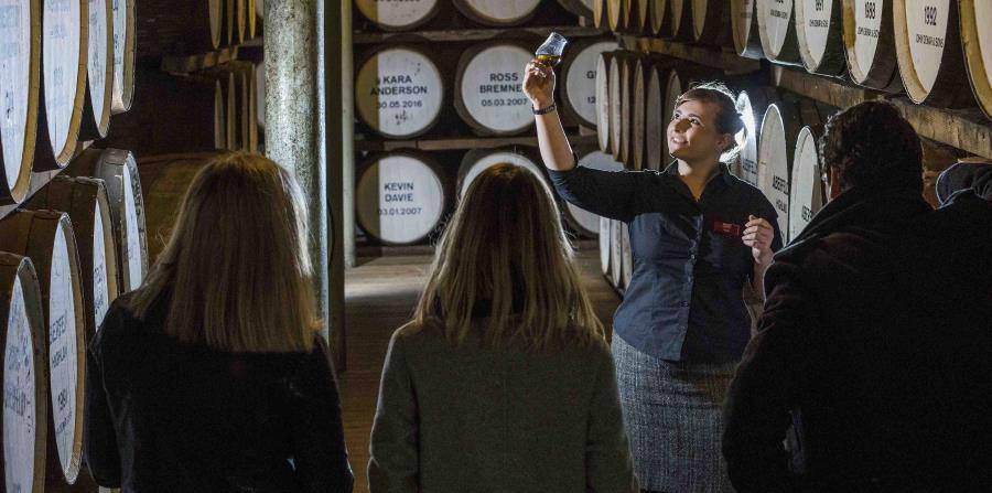 Varios visitantes disfrutan de un recorrido por la bodega de la destilería Dewar's en Aberfeldy, donde han producido whisky escocés desde 1898. (AP Photo)