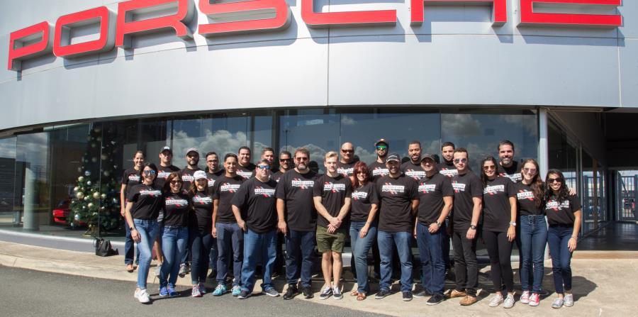 Grupo de personas que formó parte de la Expedición Porsche: Misión Puerto Rico.