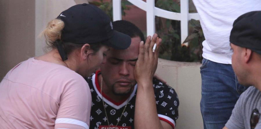 Eduardo Figueroa, hermano de la occisa, recibe apoyo emocional al enterarse que su hermana fue asesinada. (Nelson Reyes Faria / Especial El Nuevo Día) (horizontal-x3)