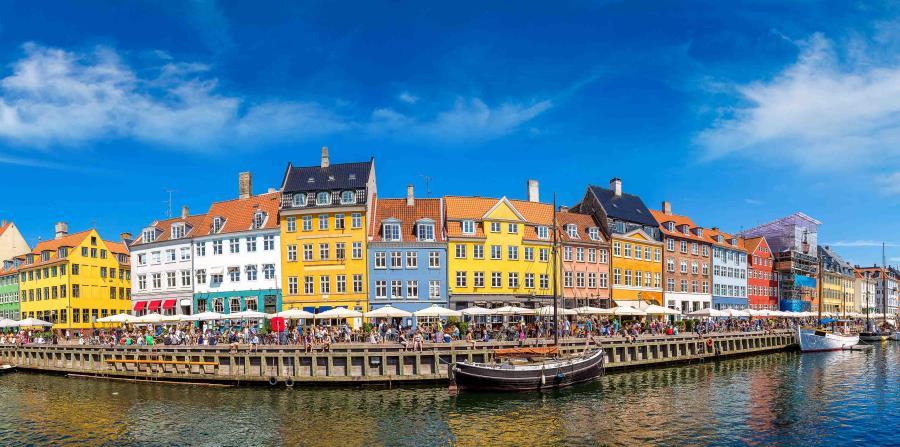 Puerto de Nyhavn, en Copenhague. (horizontal-x3)