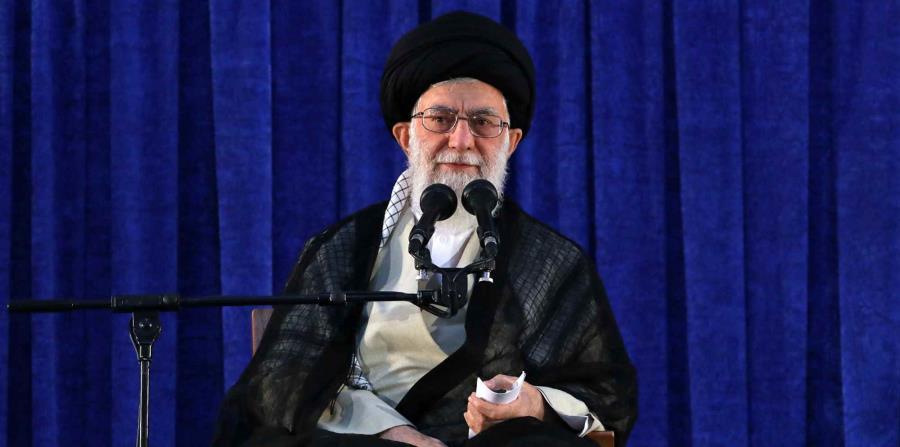 el líder supremo ayatolá Ali Jamenei asiste a una ceremonia marcando el 29no aniversario de la muerte del fundador de la revolución, el ayatolá Jomeini, en su mausoleo a las afueras de Teherán, en Irán (horizontal-x3)