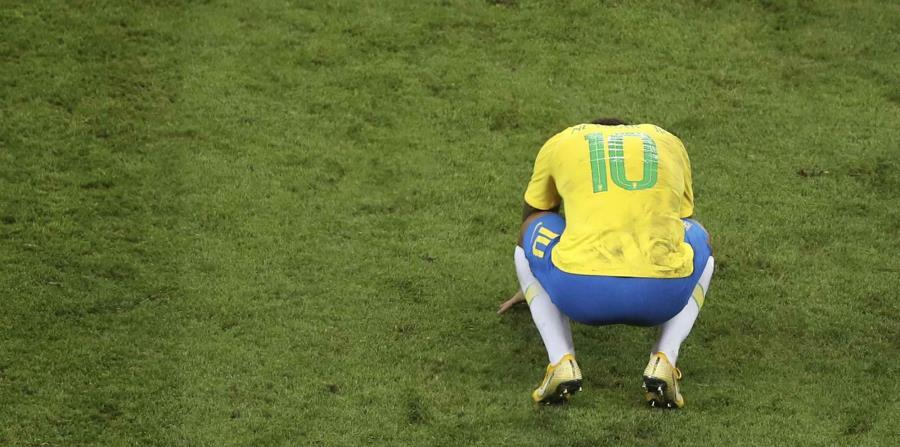 Neymar se lamenta tras la eliminación de su equipo ante Bélgica en los cuartos de final de la Copa del Mundo. (AP) (horizontal-x3)