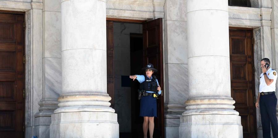 Agentes de la Policía custodian las entradas al Capitolio. (horizontal-x3)