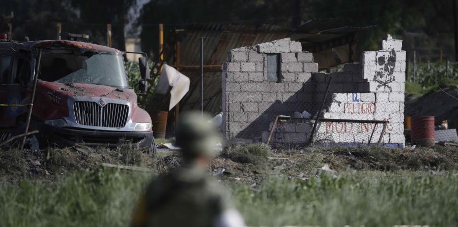 Un soldado protege el perímetro en torno a los restos de varios talleres pirotécnicos luego de explosiones, en Tultepec, México (horizontal-x3)