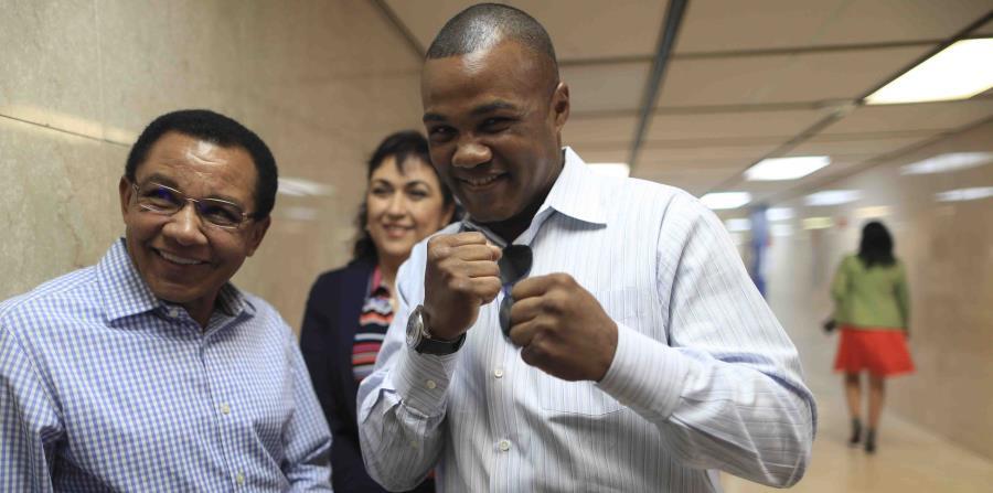Félix 'Tito' Trinidad junto a su padre, Don Félix, en el tribunal de primera instancia de San Juan el pasado agosto. (GFR Media) (horizontal-x3)