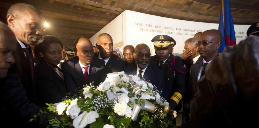 El presidente haitiano Jovenel Moïse, cuarto de izquierda a derecha, coloca flores frente a un monumento durante una ceremonia por el 215to aniversario de la Batalla de Vertieres. (AP / Dieu Nalio Chery) (horizontal-x3)