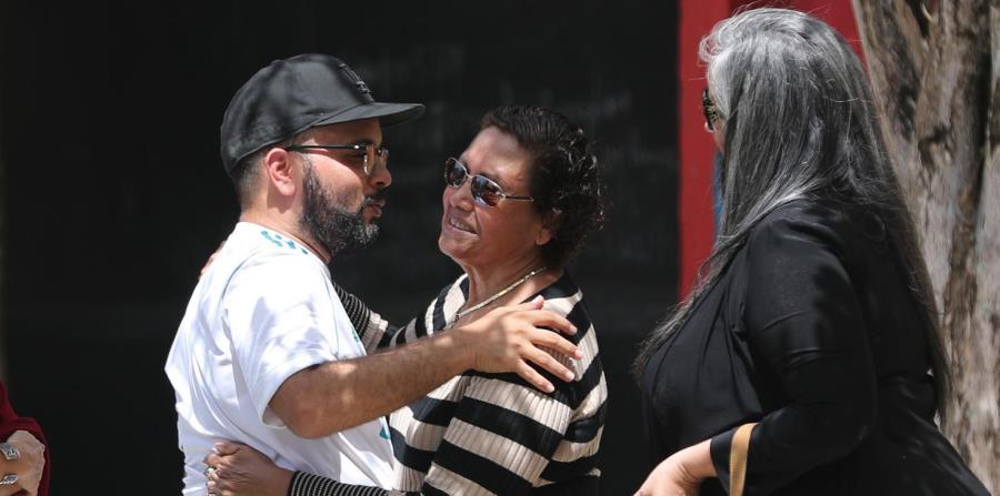 El hermano del occiso, José Cotto Cartagena, dialoga con dos mujeres. (horizontal-x3)