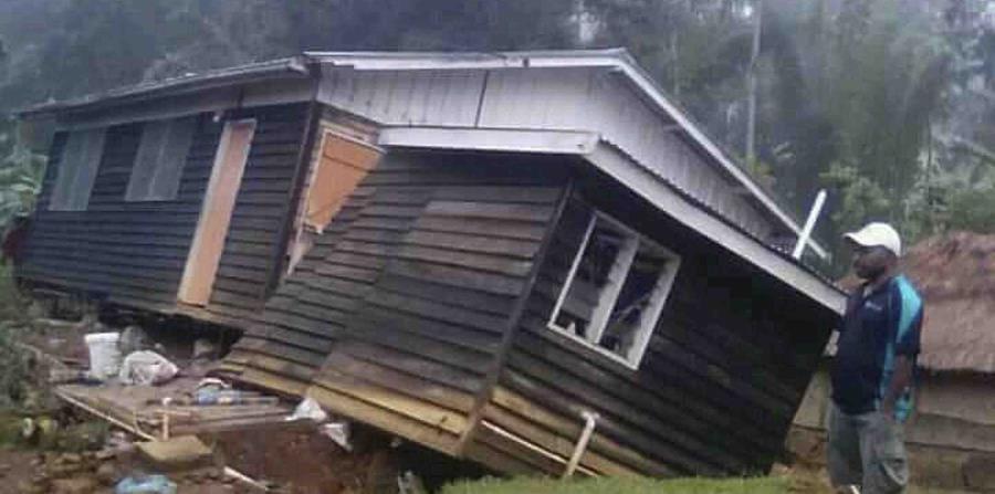 Un hombre ve su hogar colapsar tras un fuerte terremoto en la providencia de Hela, en Halagoli, Papúa Nueva Guinea. (AP) (horizontal-x3)
