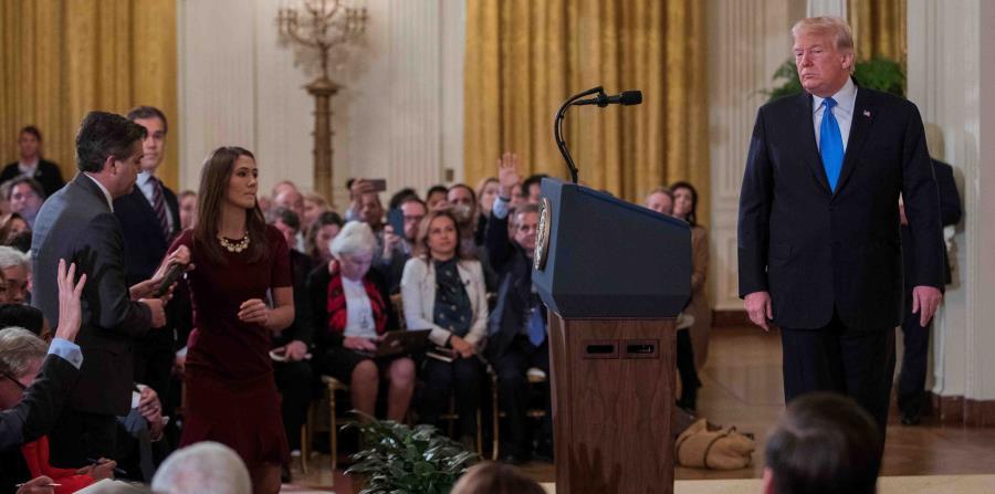 El presidente estadounidense, Donald Trump (d), increpa a Jim Acosta (i), corresponsal de la CNN en la Casa Blanca, durante una rueda de prensa en la Casa Blanca, en Washington (Estados Unidos), hoy, 7 de noviembre de 2018. (horizontal-x3)