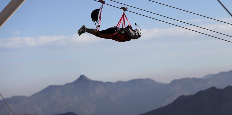 """El """"zip-line"""" está en el top de la montaña Jebel Jais.  (AP / Kamran Jebreili)"""