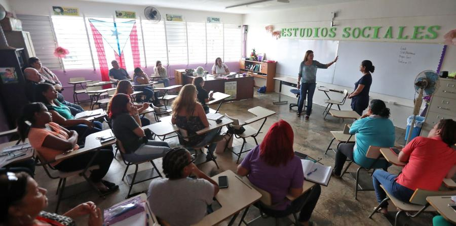 Un grupo de maestros se reúne en un salón con la secretaria de Educación, Julia Keleher.  (GFR Media) (horizontal-x3)