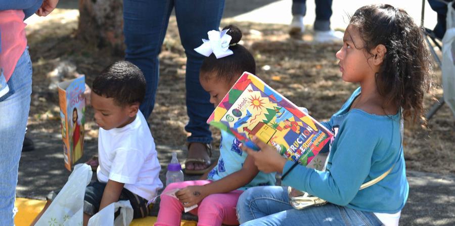 Varios niños muestran los artículos que les obsequiaron durante la actividad realizada en Santa Isabel. (horizontal-x3)