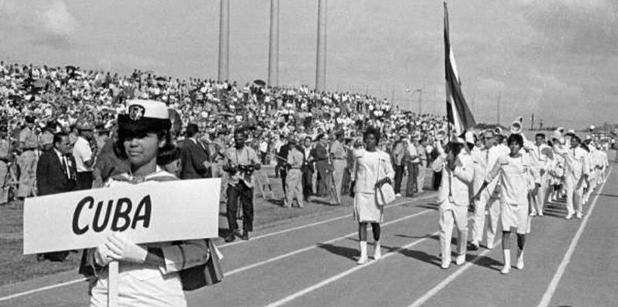 La delegación cubana que participó en los Juegos Centroamericanos y del Caribe de 1966 llegó a Puerto Rico en el buque Cerro Pelado, al que no se le permitió anclar en San Juan. (horizontal-x3)