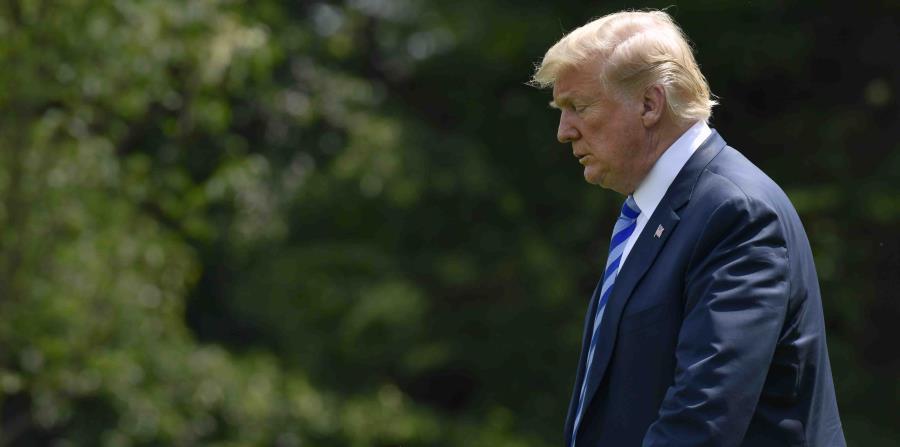 El presidente Donald Trump camina desde la Oficina Oval hasta el helicóptero presidencial en el Jardín Sur de la Casa Blanca (horizontal-x3)