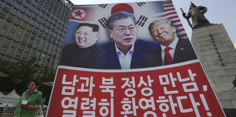 Un cartel desplegado en Corea del Sur muestra a los tres presidentes, Kim Jong-un, Moon Jae-in y Donald Trump. (horizontal-x3)