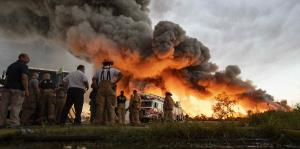 Impresionantes imágenes del fuego que consumió una planta de reciclaje en Carolina