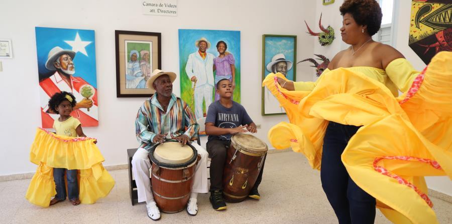 Modesto Cepeda y su nieto Exan Jair, en los tambores. Bailan su hija Brenda y su nieta Jo Ann. (horizontal-x3)