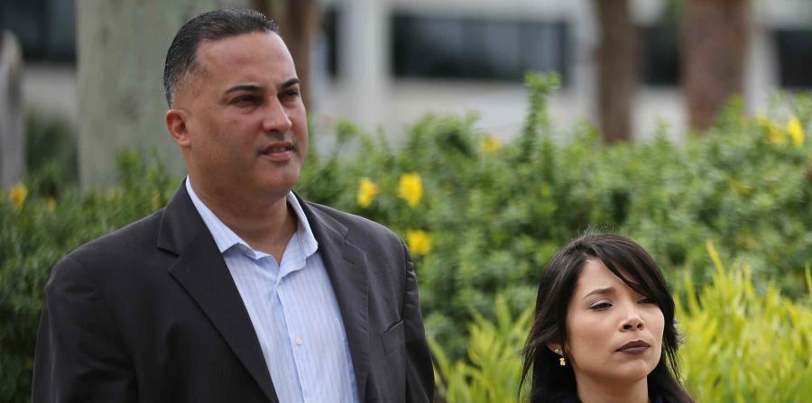 Miguel Sosa sale del tribunal acompañado de su pareja tras declararse culpable por cargos de fraude y corrupción. (horizontal-x3)