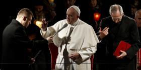 El papa Francisco preside un viacrucis dedicado a los inmigrantes