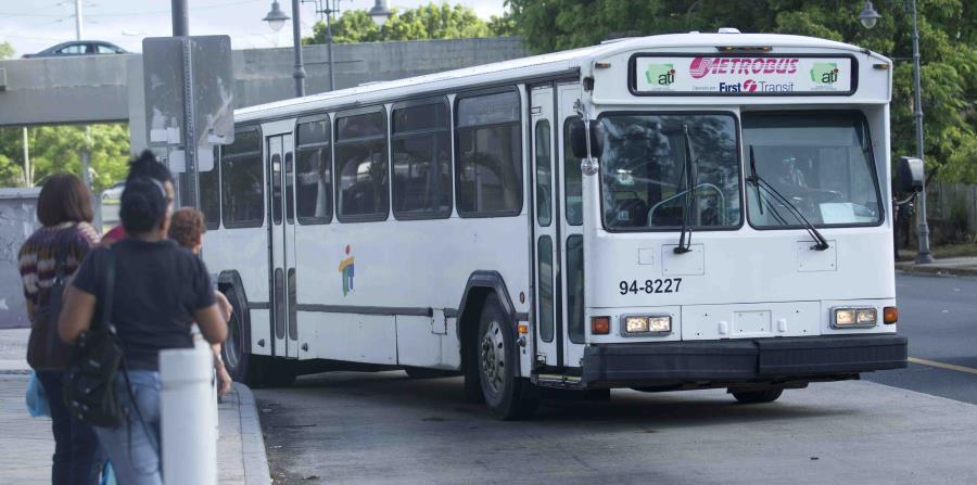 Una guagua se dispone a recoger a varios pasajeros. (GFR Media) (horizontal-x3)