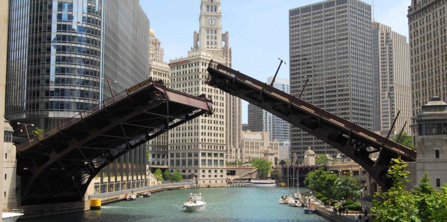 Chicago es una especie de metrópolis acuática, cruzada por  el río que le da nombre, que en realidad se trata de un sistema de ríos  y canales que se extienden por 156 millas hasta el centro urbano.  Los puentes por lo tanto son parte integral del funcion