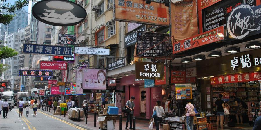 Calle repleta de tiendas en el corazón de Hong Kong. (Igor Galo/Especial para GFR Media)
