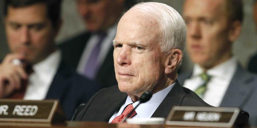 Le retiran a John McCain un coágulo arriba de un ojo (horizontal-x3)