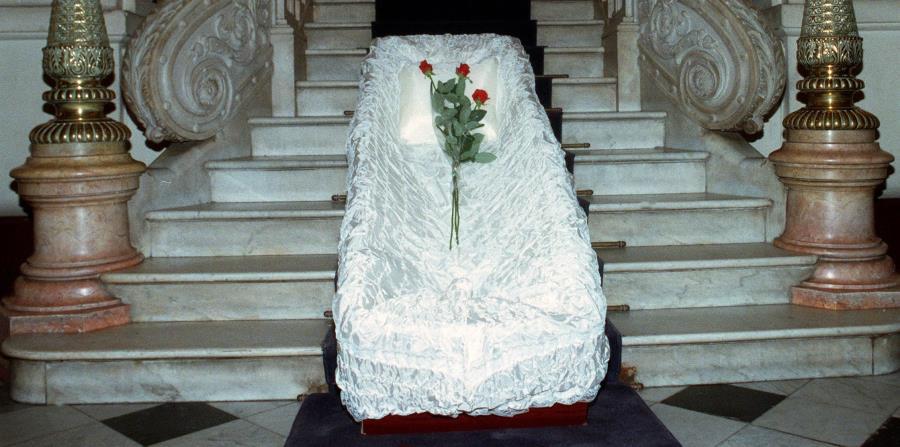 Una mujer duerme dentro de un ataúd para alejar la mala suerte y encuentra la muere (horizontal-x3)