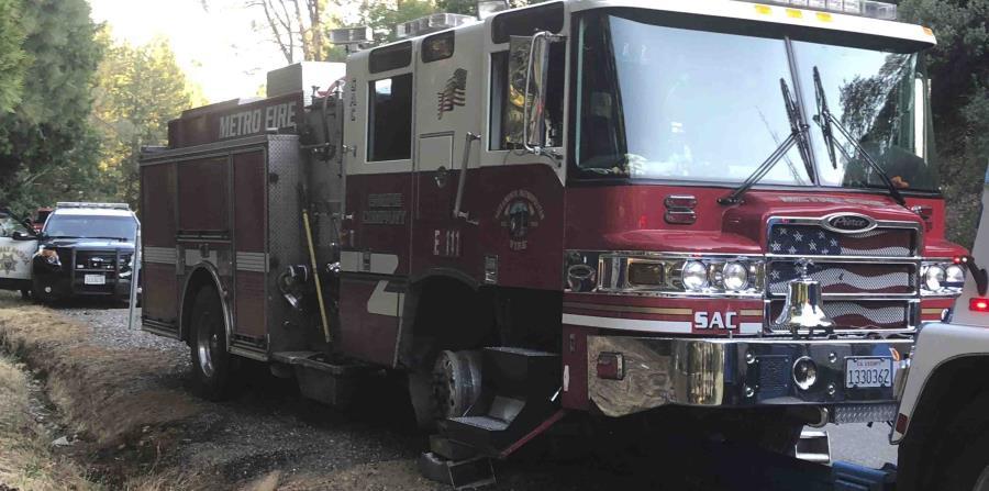 El camión de bomberos hurtado es remolcado al centro de reparación tras recibir daños durante la persecución. (Chris Vestal / Sacramento Metro Fire vía AP) (horizontal-x3)