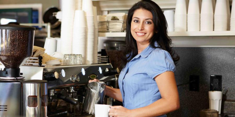 Mujer en cafetería (horizontal-x3)