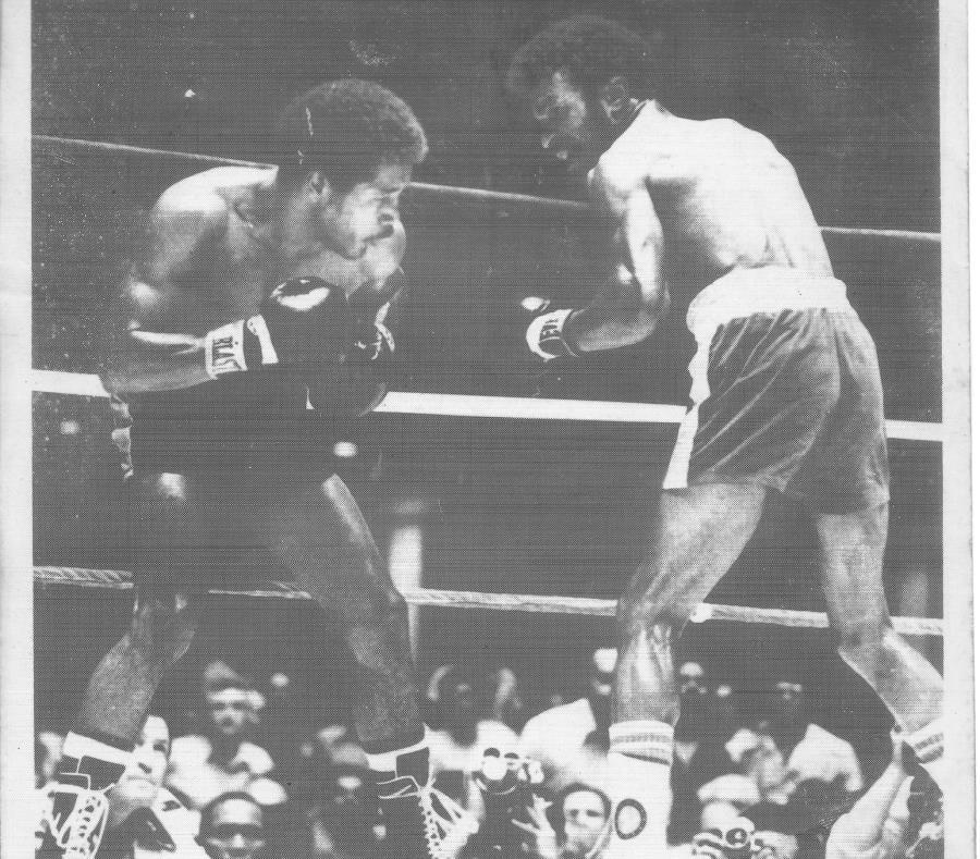 """Ángel """"Cholo""""  Espada (izquierda) busca acomodar un golpe sobre Clyde Gray durante el choque celebrado en 1975. (GFR Media) (semisquare-x3)"""