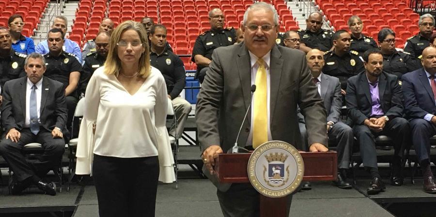 José Luis Caldero, en el podio, junto a la alcaldesa Carmen Yulín Cruz en el coliseo Roberto Clemente. (horizontal-x3)