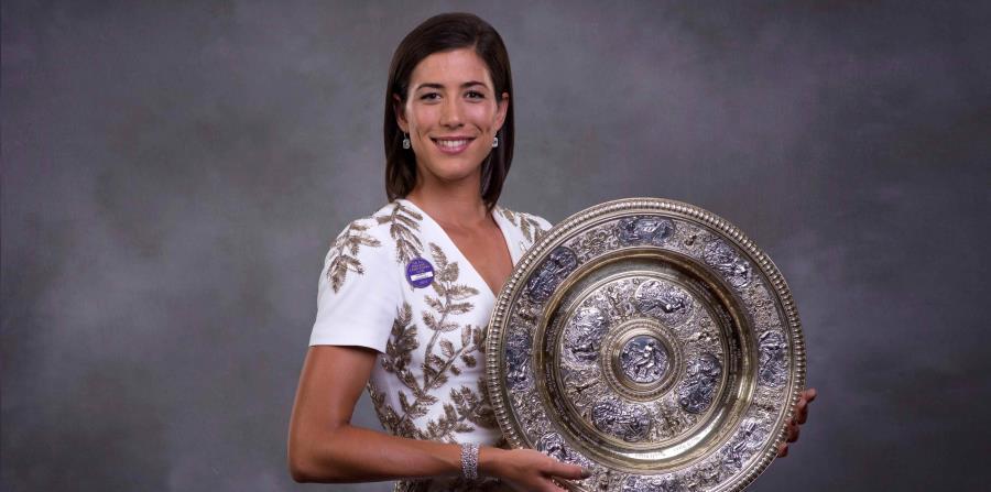 e8d539a27aa a tenista española Garbiñe Muguruza posa con su trofeo de individuales  femeninos de Wimbleon en Londres