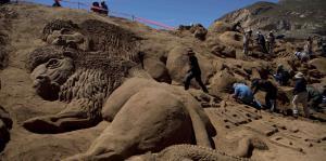 Recrean pasajes de la Biblia con grandes esculturas de arena