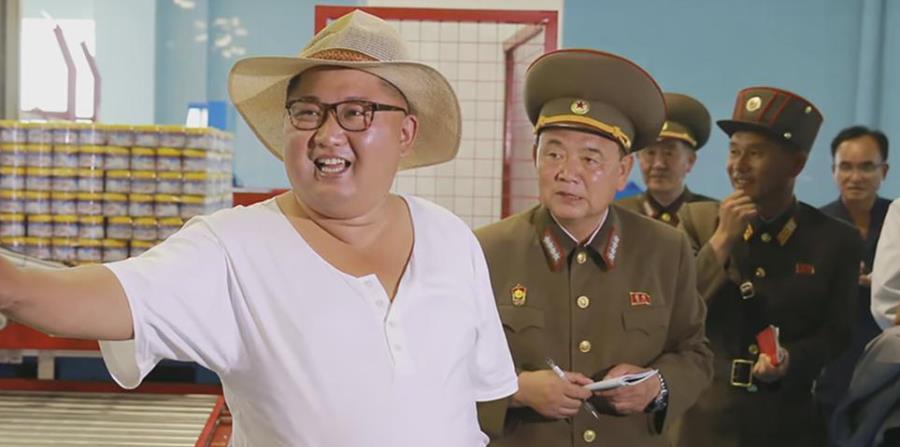 Kim Jong-un cambia su look y se pasea con sombrero y t-shirt blanca. (horizontal-x3)