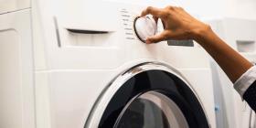 Hombre estadounidense coloca a un niño en una secadora